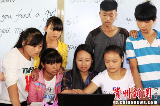 文佳蕊与九(一)班同学互留联系方式,保持网上交流学习。