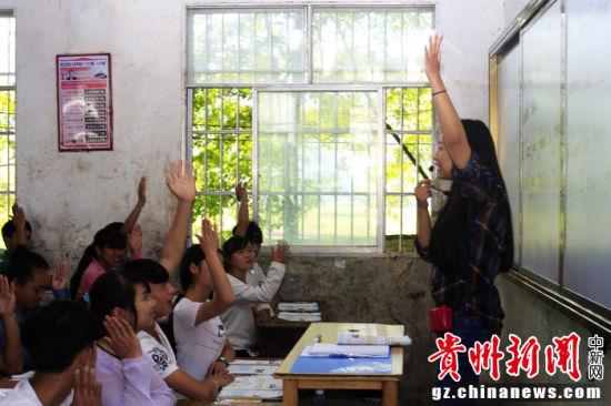 美籍华人文佳蕊与当地留守儿童互动。