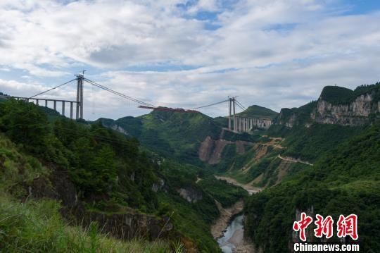 贵瓮(贵阳至瓮安)高速控制性工程清水河大桥。 贺俊怡 摄