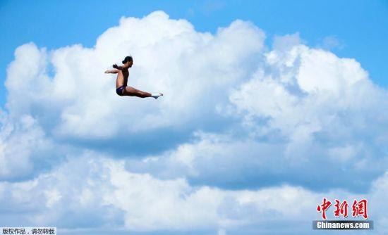 当地时间8月3日,俄罗斯,2015喀山游泳世锦赛的男子27米高台跳水比赛中,来自哥伦比亚的选手Orlando Duque纵情一跃,在蓝天白云间定格了优美一刻。