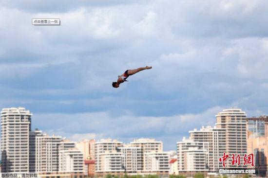 美国选手Ginger Huber在女子20米高台跳水比赛中的精彩瞬间。