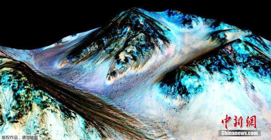 """当地时间9月28日,在美国首都华盛顿,这张由美国航天局和亚利桑那大学联合发布的图片显示,火星山丘上的""""季节性斜坡纹线""""是火星表面有液态水的有力证据。美国航天局28日宣布,在火星表面发现了有液态水活动的""""强有力""""证据,为在这个红色星球上寻找生命提供了新线索。"""