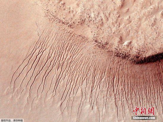 NASA科学家发表研究报告,指火星上不但只有位于两极、已经凝固成冰的水,更有只会在和暖季节时出现、流动的液态水。 科学家指他们的最新发现,强烈支持在火星表面上,有盐水于夏季时分在部分斜坡上流动的理论。