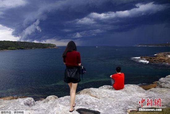 澳大利亚悉尼附近的海面出现巨大雷雨云团