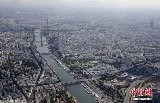 当地时间11月13日,法国巴黎发生多起袭击事件,其中包括7起枪击案、6次爆炸,巴塔克兰剧院还发生人质劫持事件。图为法国首都巴黎的航拍资料图。