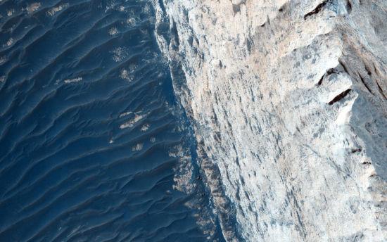 """2015年8月,美国宇航局(NASA)的火星轨道侦察器上搭载的高分辨率成像仪,捕捉了火星地表俄斐峡谷的壮阔景象,图中蓝色的峡谷底部""""波澜壮阔"""",仿若海洋。(图片来源:NASA)"""