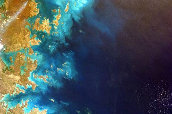 美国宇航局(NASA)发布了这张从地球远程控制国际空间站上的Sally Ride EarthKAM,所拍摄的澳大利亚西北角的美丽图景。这张图片是由学生操作拍摄的,EarthKAM计划允许学生申请具体的地球图像。(图片来源:NASA/EarthKAM.org)