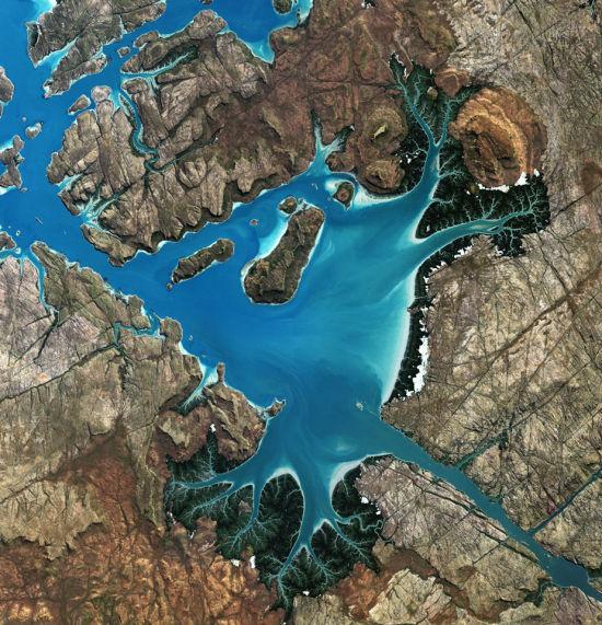 欧洲航天局(ESA)日前发布了一张由卫星拍摄的澳大利亚圣乔治贝森(Saint George Basin)的图片。这个深水海湾通过一个狭窄的海峡与大海连接,被陡峭的悬崖、大面积的潮汐滩涂和红树林围绕。(图片来源:JAXA/ESA)