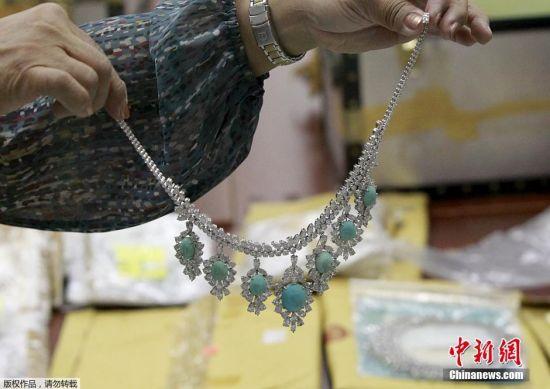 当地时间2015年11月24日,菲律宾马尼拉,菲律宾中央银行总部内,来自苏富比和佳士得拍卖的鉴定专家查看菲律宾前第一夫人Imelda Marcos所拥有的钻石珠宝。据悉,菲律宾政府获取一批菲律宾已故前总统费迪南德・马科斯家庭所拥有的珠宝首饰。