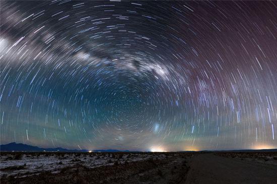 在智利阿塔卡马沙漠的上空,满天星星围绕南天极旋转留下的星迹,形成了如同梵高名作《星夜》的漩涡。(图片来源:Carlos A. Durán/ESO)