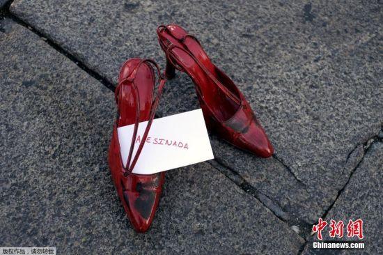 当地时间2015年11月25日,西班牙巴利亚多利德,马约尔广场摆放1800只红鞋,纪念国际消除对妇女的暴力日。