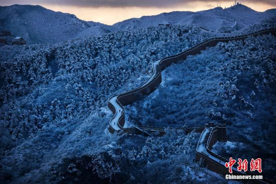 近日,各地都迎来了大面积降雪,枯黄的树叶纷纷飘落,气温大幅度下降,各地的自然景观都在暴雪模式后迎来了似仙境的奇观。图为北京长城银装素裹。 图片来源:视觉中国