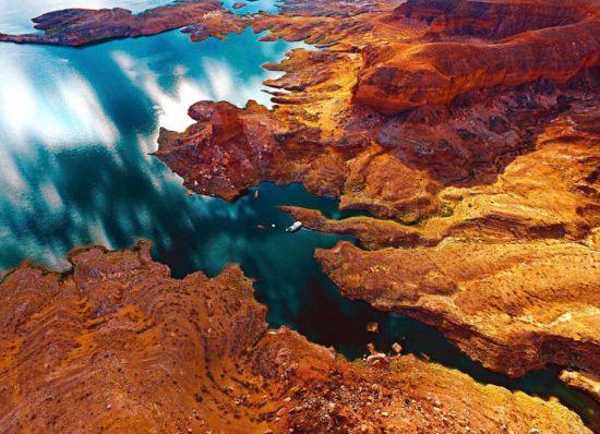 近期,一个航拍照片分享活动在网上流行。英媒12月7日刊登了这项活动中最精彩的作品,展示了网友们拍摄的全球各地最壮观景象。图为网友分享的美国内华达州米德湖海岸景象,色彩缤纷。 图片来源:国际在线