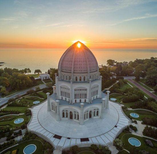 近期,一个航拍照片分享活动在网上流行。英媒12月7日刊登了这项活动中最精彩的作品,展示了网友们拍摄的全球各地最壮观景象。图为网友分享的美国伊利诺伊州维尔梅特Bahá'í 教堂美景。 图片来源:国际在线