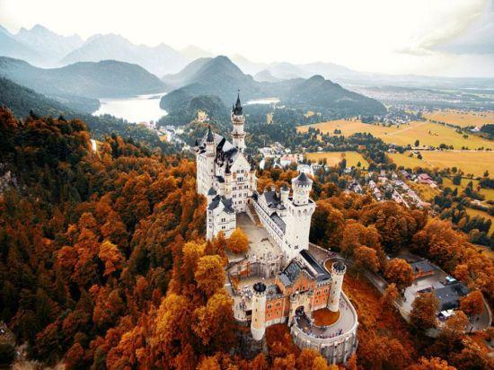 近期,一个航拍照片分享活动在网上流行。英媒12月7日刊登了这项活动中最精彩的作品,展示了网友们拍摄的全球各地最壮观景象。图为德国新天鹅石城堡秋日美景。 图片来源:国际在线