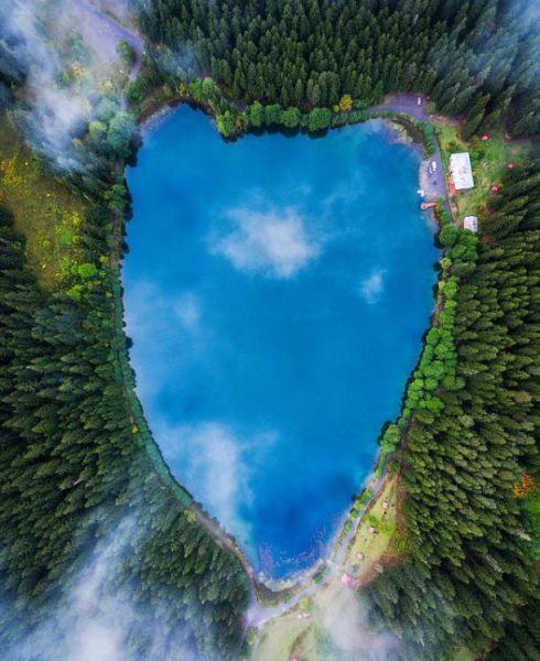 近期,一个航拍照片分享活动在网上流行。英媒12月7日刊登了这项活动中最精彩的作品,展示了网友们拍摄的全球各地最壮观景象。图为位于土耳其东北部的Karagol 湖从空中看呈现心形。 图片来源:国际在线