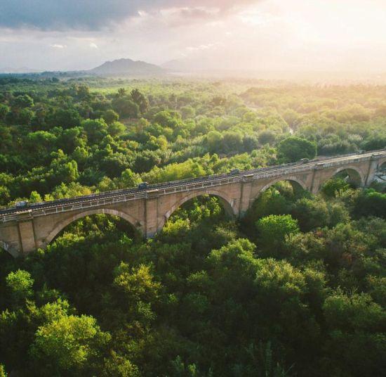 近期,一个航拍照片分享活动在网上流行。英媒12月7日刊登了这项活动中最精彩的作品,展示了网友们拍摄的全球各地最壮观景象。图为美国达拉斯,笼罩在朝阳之中铁路桥。 图片来源:国际在线