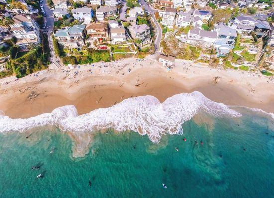 近期,一个航拍照片分享活动在网上流行。英媒12月7日刊登了这项活动中最精彩的作品,展示了网友们拍摄的全球各地最壮观景象。图为海浪冲击着海岸。 图片来源:国际在线