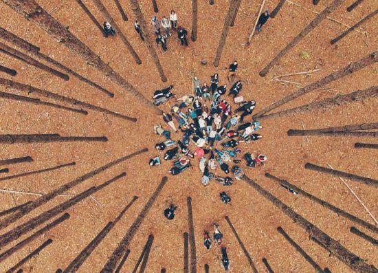 近期,一个航拍照片分享活动在网上流行。英媒12月7日刊登了这项活动中最精彩的作品,展示了网友们拍摄的全球各地最壮观景象。图为航拍网友聚会。 图片来源:国际在线
