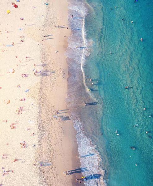 近期,一个航拍照片分享活动在网上流行。英媒12月7日刊登了这项活动中最精彩的作品,展示了网友们拍摄的全球各地最壮观景象。图为从空中拍摄澳大利亚南马鲁巴海滩。 图片来源:国际在线