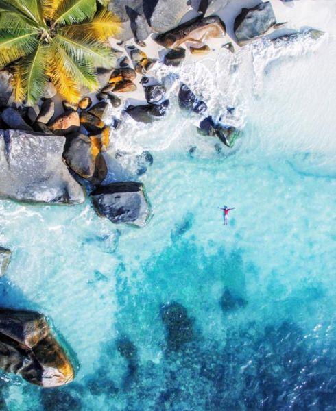 近期,一个航拍照片分享活动在网上流行。英媒12月7日刊登了这项活动中最精彩的作品,展示了网友们拍摄的全球各地最壮观景象。图为塞舌尔群岛上蓝绿色的海水和金黄色的岩石。 图片来源:国际在线