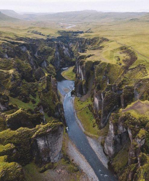 近期,一个航拍照片分享活动在网上流行。英媒12月7日刊登了这项活动中最精彩的作品,展示了网友们拍摄的全球各地最壮观景象。图为航拍冰岛大峡谷壮观景象。 图片来源:国际在线