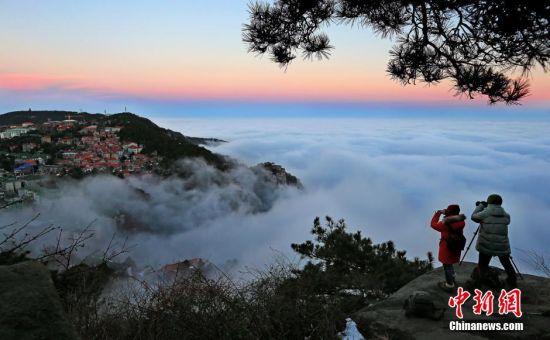 12月9日消息,连日来,江西庐山持续出现云海、佛光等奇观,冬日的庐山在壮观的云海的映衬下,如梦如幻、美不胜收,吸引大批中外游客纷至沓来。 殷锡翔 摄