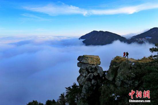 游客正在庐山拍摄云海奇观。 殷锡翔 摄