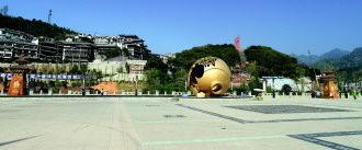 """茅台示范镇的""""1915广场"""",这是以1915年茅台酒在巴拿马博览会上摔瓶溢香并荣获国际金奖的故事为背景设计建造的。   蔡海红 摄"""