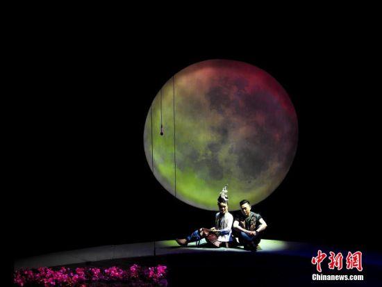 12月13日,经打磨提升的侗族音乐剧《嘎老》再次在贵阳亮相,这是继今年8月底在贵阳试演成功后的提升版《嘎老》。 中新社发 张晖 摄