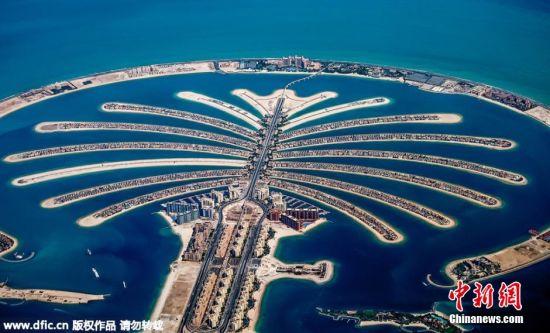 2015年12月18日报道(具体拍摄时间不详),这组惊艳到令人窒息的迪拜城市风光美景出之突尼斯一名航空机长Karim Nafatni之手,在日常工作中,驾驶客机飞过迪拜上空时,他有机会欣赏到这一平常的驴友所不能欣赏到的奢华美景。 图片来源:东方IC 版权作品 请勿转载