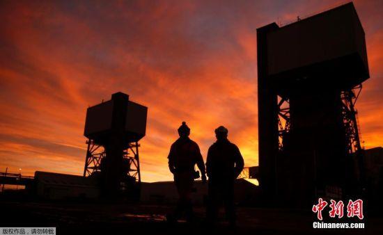 当地时间12月18日,英国约克郡,凯灵利煤矿经营最后一天。英国当局日前决定关闭本国的最后一个深层煤矿――凯灵利煤矿,这意味着始于300年前工业革命的光辉历史将彻底结束。