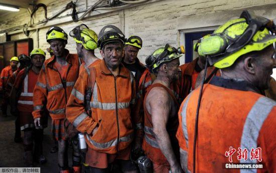 凯灵利煤矿经营最后一天,工人们下班告别煤矿。持续恶化的煤炭行情,让英国煤炭公司做出决定,关闭旗下最后一个深层煤矿。