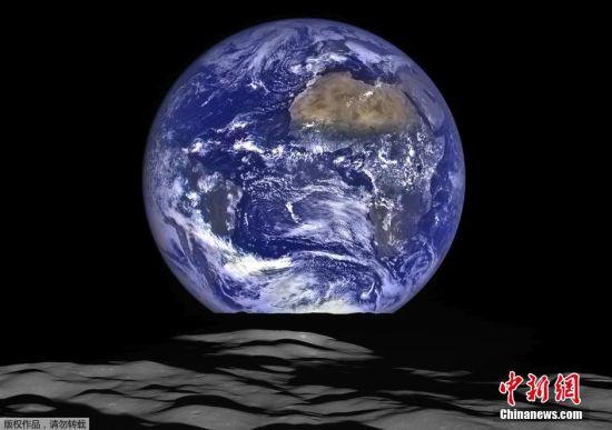 地球右上方大块褐色地区为撒哈拉沙漠,左侧可以清晰看到大西洋和太平洋。在月球上,可以看到火山口康普顿。这一照片是由10月12日拍摄的一系列照片合成的。