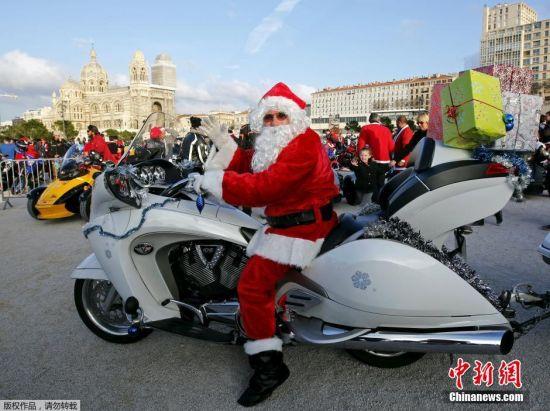 当地时间12月20日,法国马赛民众装扮成圣诞老人骑行,为住院儿童送礼物。