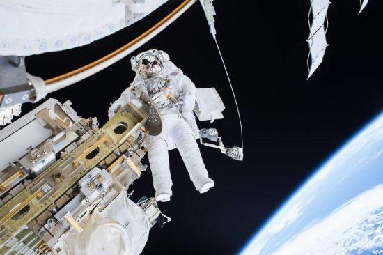 12月21日,宇航员蒂姆・科波拉和斯科特・凯利出舱行走,挪动了国际空间站的移动运输轨道车的位置,并为定于23日到来的俄罗斯货运飞船做准备。图为蒂姆・科波拉在太空行走的过程中。(图片来源:NASA)