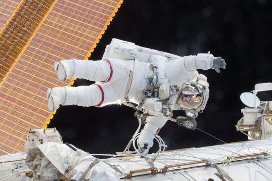 12月21日,宇航员蒂姆・科波拉和斯科特・凯利出舱行走。此次行走持续了3小时16分钟。图为斯科特・凯利在太空行走的过程中。(图片来源:NASA)