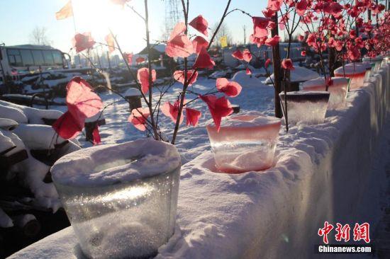 12月24日,正处于冬季的中国冷极村被皑皑白雪覆盖,宛若童话世界。中国冷极村位于内蒙古呼伦贝尔根河市,地处大兴安岭腹地。冷极村因冬季寒冷而闻名,零下35度以下长达6个月,历史上冬天最低温度曾达零下58摄氏度。张浪 摄