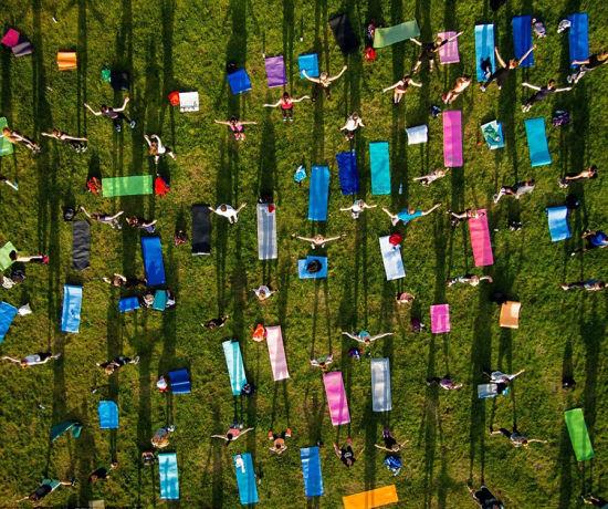 立陶宛首都维尔纽斯的一个公园内,人们在集体做运动。 图片来源:环球网