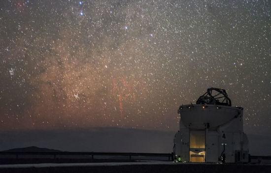 """""""红色精灵""""是在高海拔地区、出现在雷暴上空的一种罕见自然现象。这张照片是由ESO的摄影师,在位于智利北部的帕瑞纳天文台拍摄的。(图片来源:P. Horálek/ESO)"""