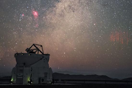 """""""红色精灵""""出现在距离帕瑞纳天文台约600公里以外的雷雨云上空。(图片来源:P. Horálek/ESO)"""
