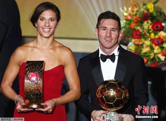 图为梅西和劳埃德获奖,美国女足队长劳埃德荣获2015年世界足球小姐。