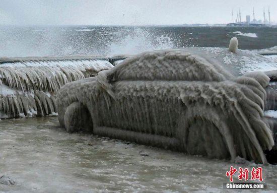 """当地时间2016年1月12日,据ABC报道,1月11日美国纽约州西部城市布法罗(Buffalo)由于大量降水和较低温度,一辆车辆上披上了一件厚厚的""""冰衣""""。图中的这辆车晚间停在伊利湖(Lake Erie)旁边,车主第二天来开时发现车辆根本动弹不了。由于前夜的暴雨,很多布法罗市民早上发现自家的车窗都冻住了。不过最不幸的当属图中的这位车主,因为她的车整个都冻住了。"""