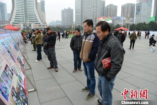 """图为贵州省""""1?13""""禁赌宣传日活动现场市民观看""""禁赌""""宣传展板。 张丹莉 摄"""