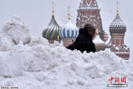 当地时间1月12日下午开始,俄罗斯首都莫斯科自起突降大雪,在不到一昼夜的时间里积雪量达24厘米。大雪已导致68个航班被取消,17个航班被推迟,目前在莫斯科的街道上有约1.6万辆除雪车持续作业。图为当地时间1月13日,莫斯科红场上厚厚的积雪。