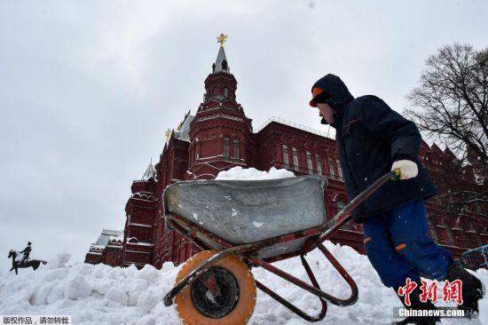 据莫斯科市副市长佩尔加缅希克介绍,全市有约1.6万辆除雪车正投入使用,投放的除雪剂超过68.7万吨。过去一天已铲除积雪30.5万立方米,而自入冬以来共计铲除250万立方米的积雪。