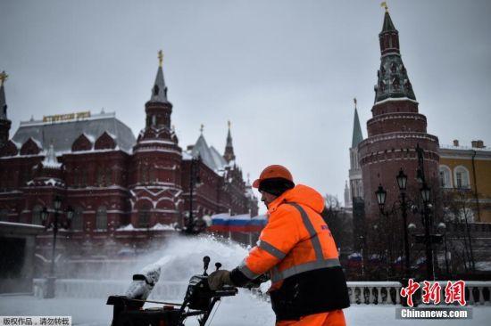 据俄紧急情况部介绍,由于降雪及每秒20米的大风,莫斯科市共取消航班68个,推迟起飞航班17个,推迟时间一般可达2小时。不过,铁路客运和城市公交运输没有受到大雪影响。