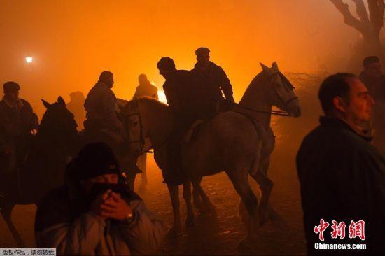 """当地时间1月16日,西班牙San Bartolome de Pinares,男子骑马穿过篝火烈焰,庆祝传统节日圣安东尼节的到来。据悉,当地民众在每年的1月16日庆祝圣安东尼节,传说""""圣安东尼""""为动物的守护神。"""