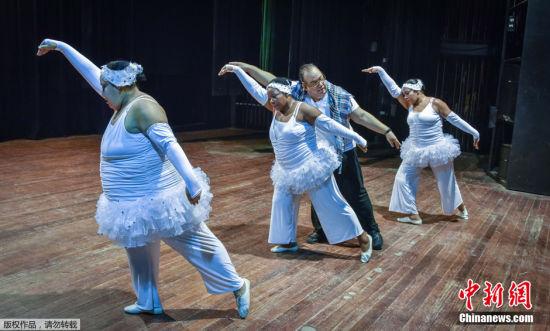 1月20日消息,古一提到舞蹈演员,你的脑海中是否会出现一个身材轻盈纤弱的形象?然而来自古巴的舞团Danza Voluminosa正试图打破这种成见。Danza Voluminosa成立于1996年,由8名年龄30岁以上的中年女子组成,并且她们每个人的体重都超过90公斤。创立者Mas更是一名体重130公斤的重量级人士。