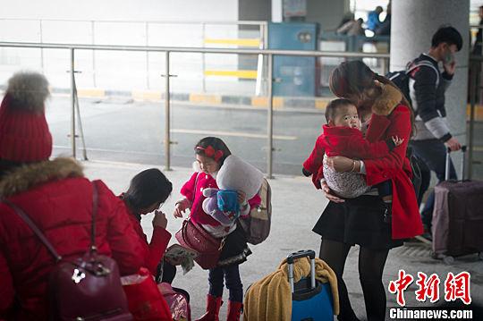 1月21日,贵阳北站,旅客在候车。贺俊怡 摄